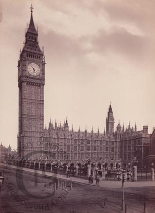 modifier - modifier le code - modifier Wikidata Le palais de Westminster (en anglais: Palace of Westminster), également désigné sous le nom de Chambres du Parlement (Houses of Parliament), est le lieu où siège le Parlement du Royaume-Uni: la Chambre des communes (House of Commons) et la Chambre des lords (House of Lords). Le palais borde la rive nord de la Tamise et se situe à l'ouest.